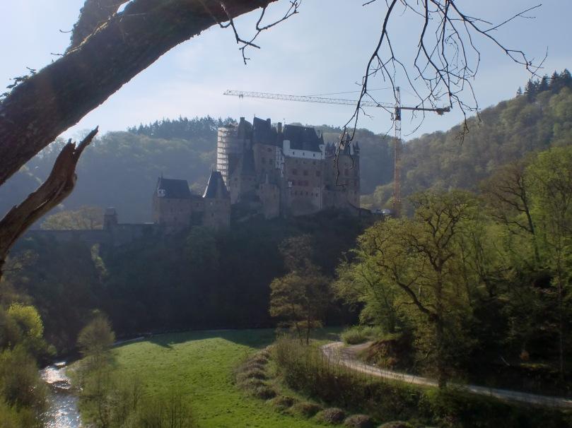 Der erste Blick auf die Burg Eltz