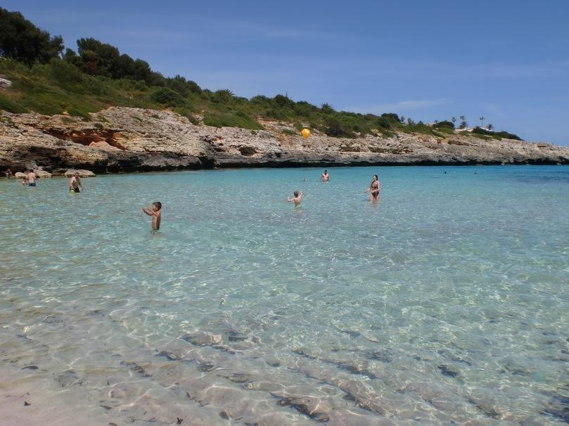 Türkisfarbenes Wasser in der Bucht von Cala Mandia
