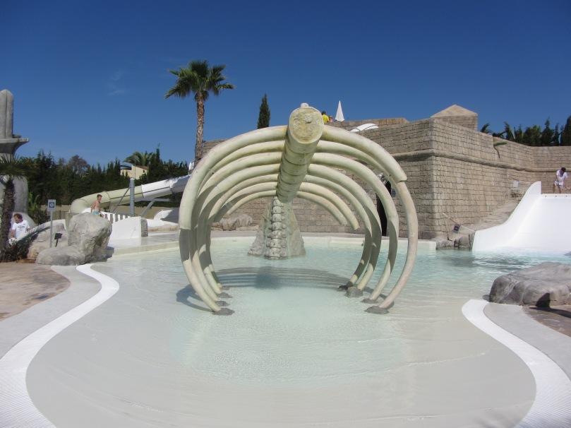 Wal-Skelett mit Wasserdüsen