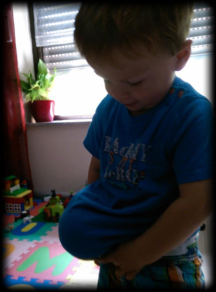 Er hat auch getestet, wie sehr so ein großer Bauch doch stören kann...