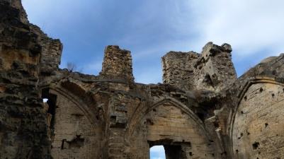 Die Burgruine vor strahlend blauem Himmel