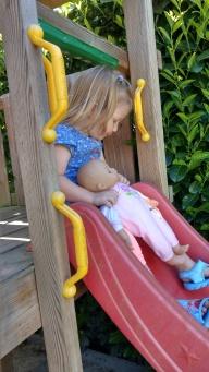Gemeinsam rutschen mit Puppe Lilly