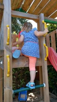 Auf den Spielturm klettern
