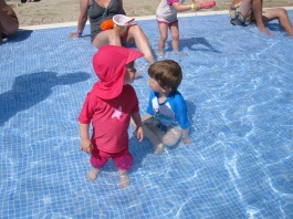 ...doch im Pool fand es vor allem Wildfang auch toll. Die Kleine ist er wasserscheu gewesen und konnte sich mit dem kühlen Nass nicht so recht anfreunden.