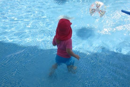 Die Kleine hat sich an die ungeliebte Materie Wasser gewöhnt. Hat auch wirklich lang genug gedauert.