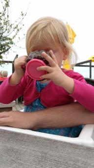 Pusteblume schlürft ihren Apfelsaft aus dem neu erworbenen Prinzessinen-Becher