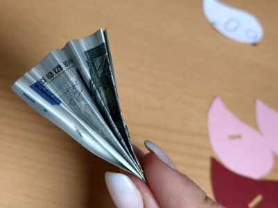 Die Geldscheine fächerförmig falten