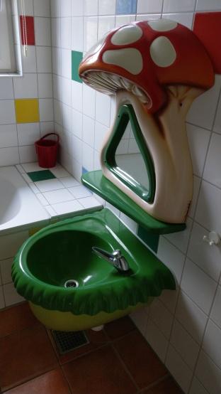 Badezimmer mit Kinderwaschbecken